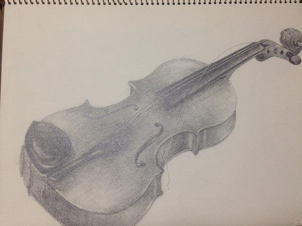 弦が1本切れている木製のバイオリン1台を、バイオリン全体が入るよう、スケッチブックに三菱鉛筆でデッサンした絵を写真に撮ったもの。バイオリンは弦の部分を上にして、白く平らな場所に置かれており、バイオリンの顎当ては黒く艶やかに光っている。