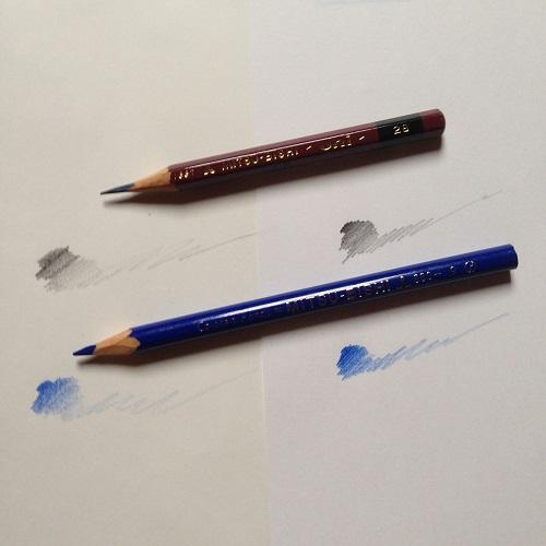 クロッキー帳(白紙)とコピー用紙に、2B鉛筆と青い色鉛筆で線を引いている画像。クロッキーとコピー用紙で描きくらべをしている。