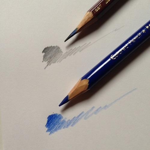 コピー紙に三菱鉛筆uniの2B鉛筆で引いた線と、青い色鉛筆で引いた線を撮影した写真。明瞭な線がはっきりと書かれている。
