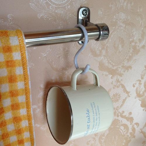 歯磨き用の白いコップを白いS字フックに吊って保管。