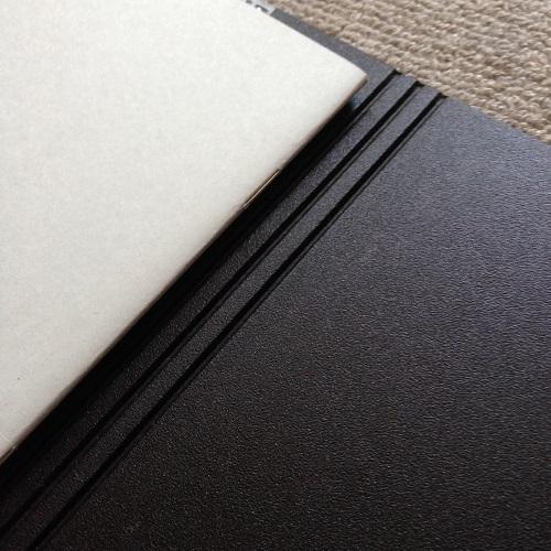 「ミドリ フラットダイアリー マンスリー手帳」(A4サイズ)の手帳カバーの裏。カバー裏側は黒。カバーの厚みを調整できるようになっている。
