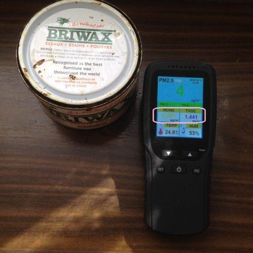 BRIWAXの蓋を閉めた状態で計測。蓋にBRIWAXが付着してしまっているためか、ホルムアルデヒドと揮発性有機化合物は基準値をオーバーしている。