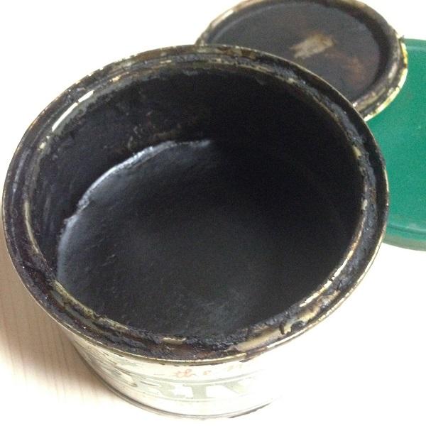 BRIWAX「ラスティックパイン」の蓋を開き、斜め上から撮影した写真。金属製の缶の中に黒い液体が入っている。