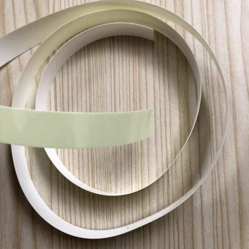 高輝度蓄光テープ「アルファフラッシュ」を製品パッケージから取り出した直後に撮影した写真。セロハンテープに似た形をした高輝度蓄光テープが写っている。テープ表面は薄い黄緑色をしている。