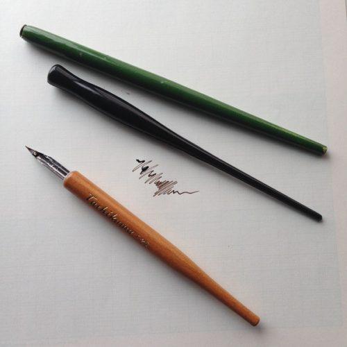 つけペンを上から撮影した写真。金属のペン先に木製のペン軸のつけペンが写っている。